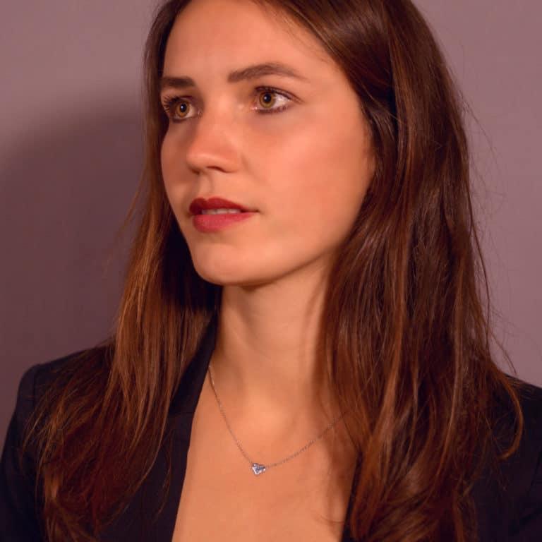 Model mit Halskette Platin Osmium Schmuck